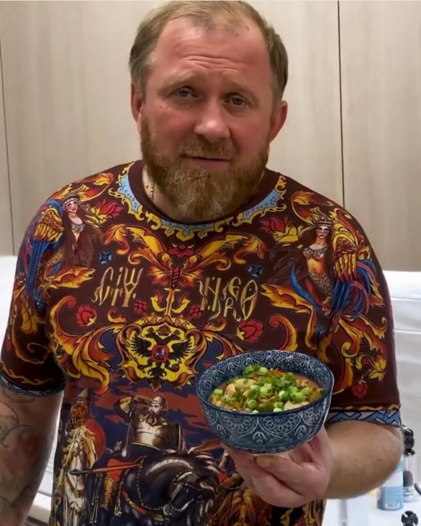 Шеф-повар Константин Ивлев поделился рецептом риса с курицей по-азиатски. По его словам, приготовить блюдо проще простого