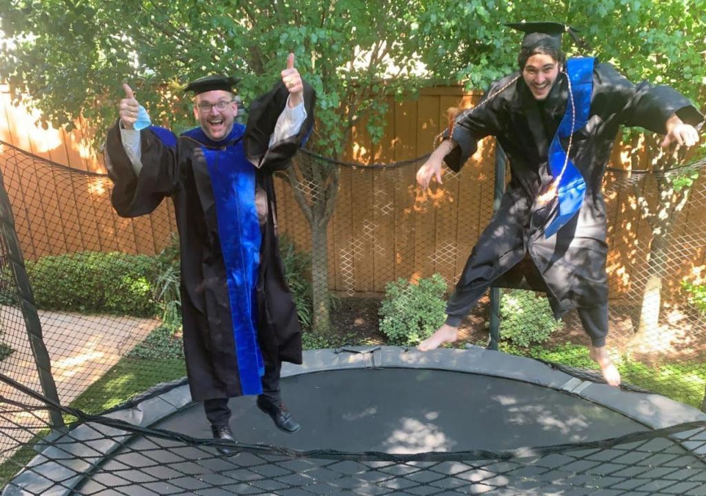 Директор одной из американских школ привез своим ученикам дипломы на дом: за 10 дней он проехал почти 3000 км
