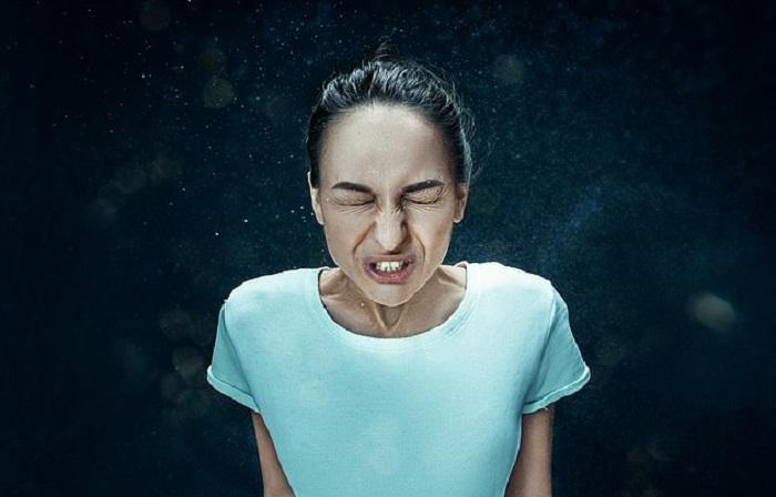 Чихаете несколько раз подряд? Согласно мнению эксперта по языку тела, это признак того, что вы хотите к себе повышенного внимания