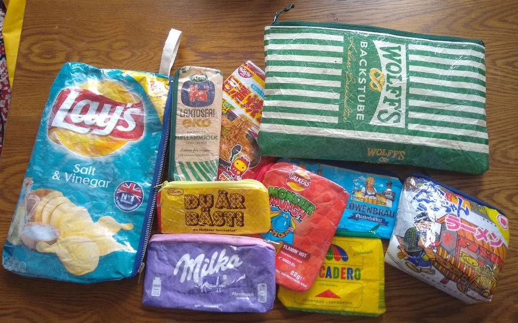 Пакетики от чипсов, шоколадок и прочих продуктов не выбрасываю, а перешиваю их в стильные сумочки: выглядит просто, но подруги завидуют