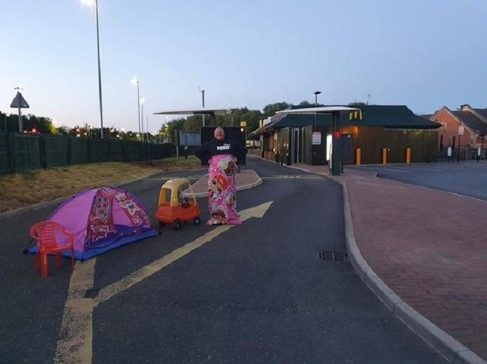 Мужчина провел ночь в палатке, чтобы первым попасть в заново открытый Макдональдс, а наутро понял, что ошибся с датой