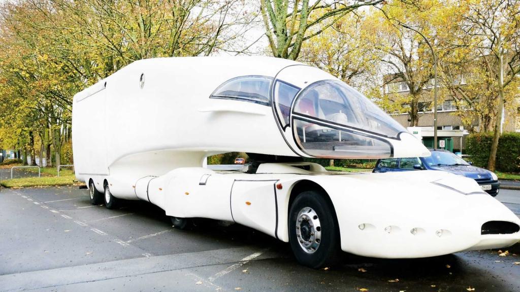 На продажу выставлен единственный в своем роде грузовик с кабиной истребителя: как он выглядит изнутри (фото)