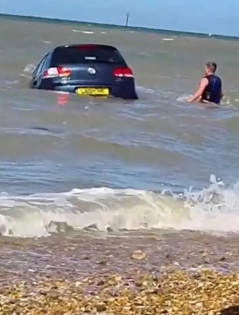 Господа, вам лучше остаться дома. Машина у парня сама отправилась поплавать в море