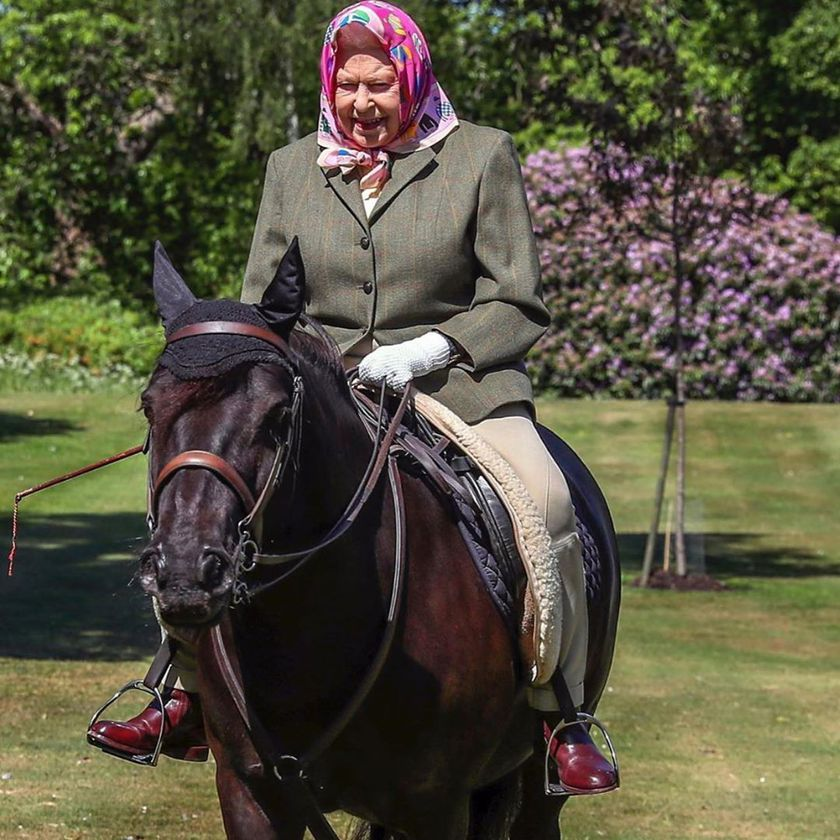 Королева Елизавета II катается в свои 94 и без шлема