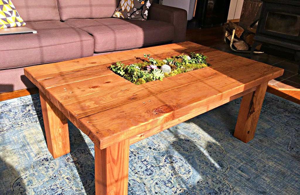 Из остатков дерева муж сам сделал очень уютный журнальный столик со встроенным цветочным контейнером: пошаговая инструкция