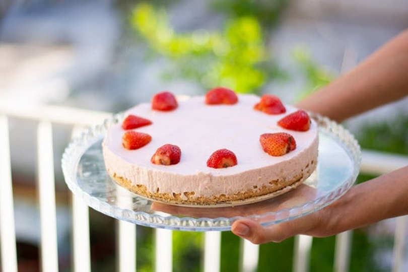 Десерт без выпекания: как приготовить клубничный чизкейк без использования духовки
