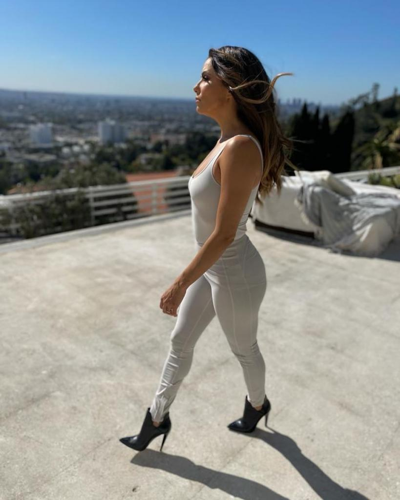 45-летняя Ева Лонгория продемонстрировала стильный образ на лето
