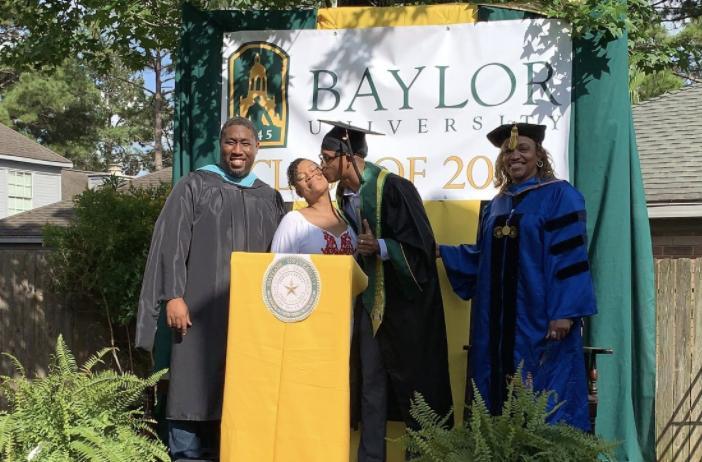 Чтобы не лишать сына заслуженного выпускного, мама организовала церемонию на заднем дворе. Да такую, что позавидует любой колледж
