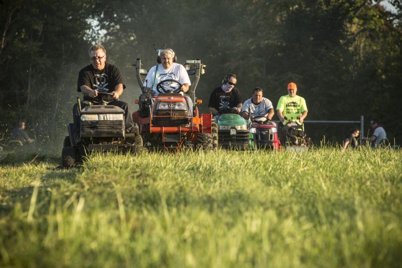 Мужчина организовал соревнования по покосу травы. Теперь все парки города выглядят ухоженными