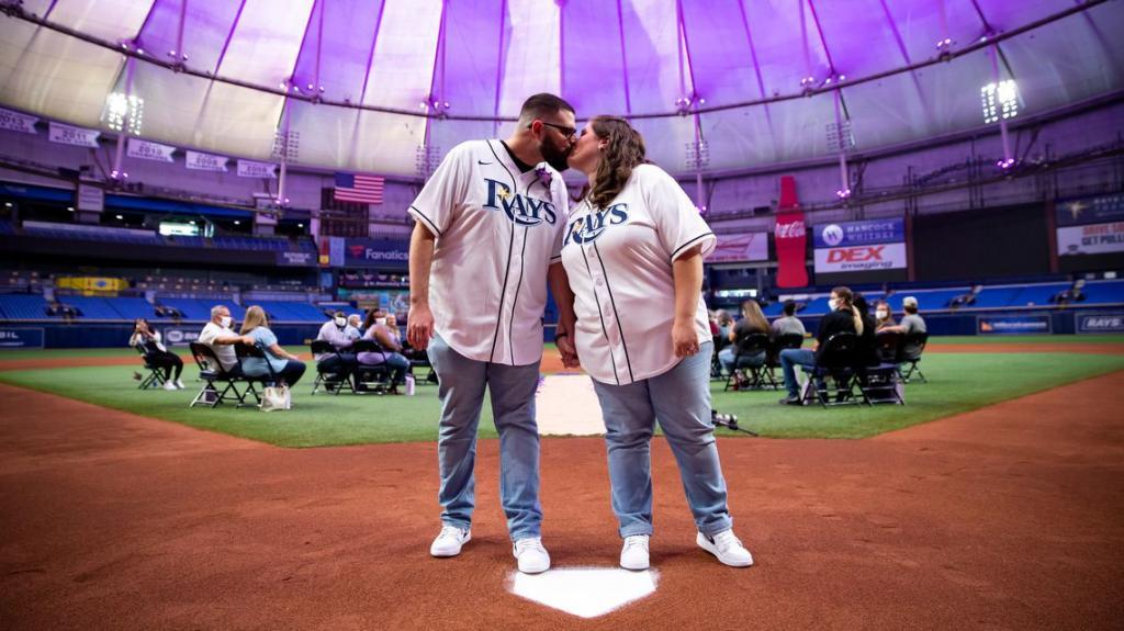 Ни фанатов, ни игроков: президент бейсбольной команды узнал, что свадьбу преданных болельщиков отменили, и устроил для них церемонию прямо на стадионе