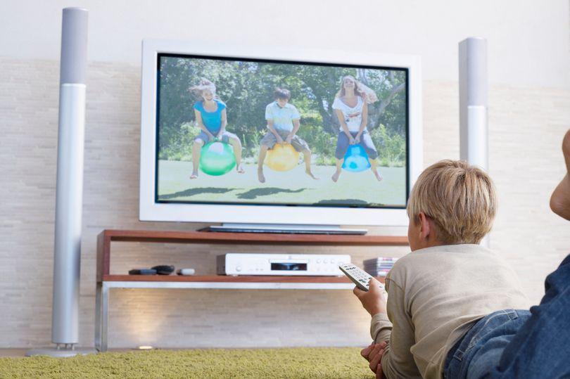 Родители оценили мамин лайфхак: как на карантине остановить бесконечный просмотр ТВ ребенком