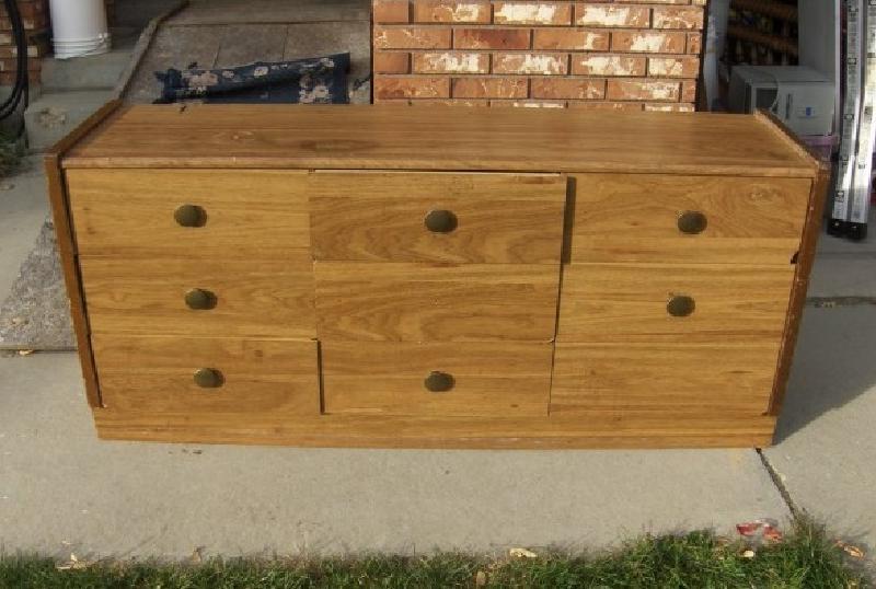 От родственников достался громоздкий старый комод. Чтобы не выбрасывать мебель, переделал его в удобную скамейку с выдвижными ящиками