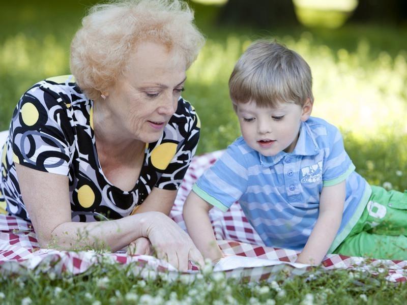 Картинки бабушка играет с внуками
