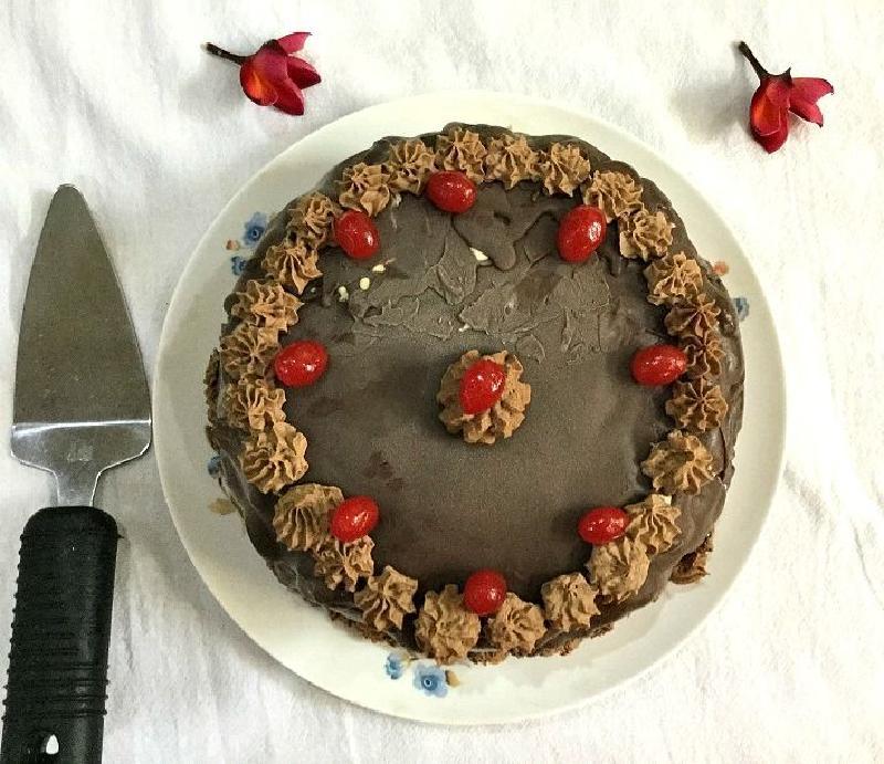 Декадентский шоколадный торт с двумя видами мороженого: эффектный десерт, который впечатлит любого гостя