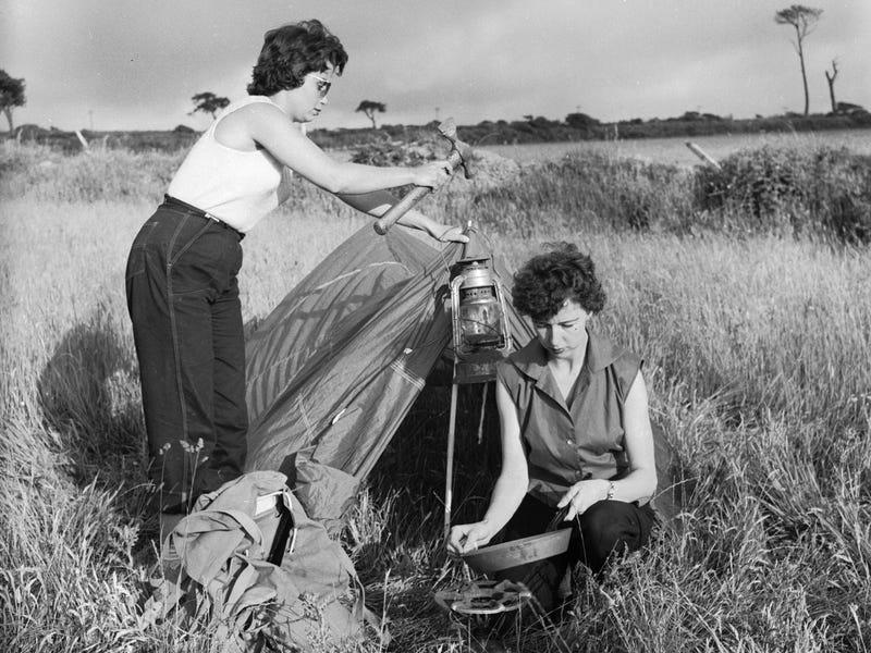 Архивные фото подтверждают, что нет ничего лучше сна в простой палатке под звездами: идеальная летняя активность во время пандемии