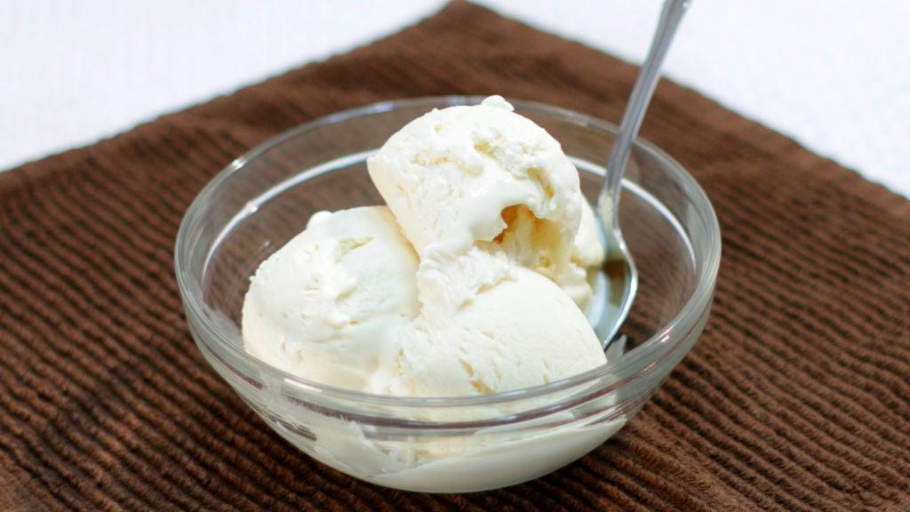 Часто детям делаю домашнее мороженое без мороженицы. Использую всего 3 ингредиента. Получается вкусно и дешево