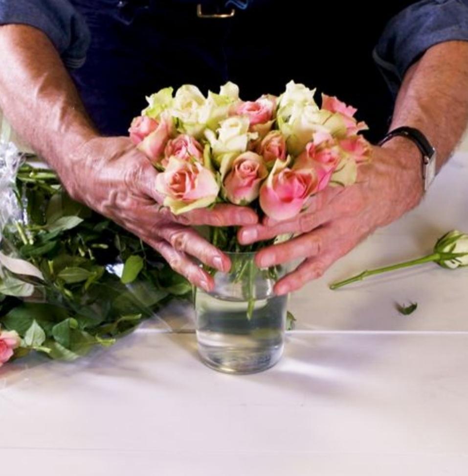 Флорист рассказал, как правильно ставить розы в вазу: он удаляет лишнюю листву и дает цветам подышать