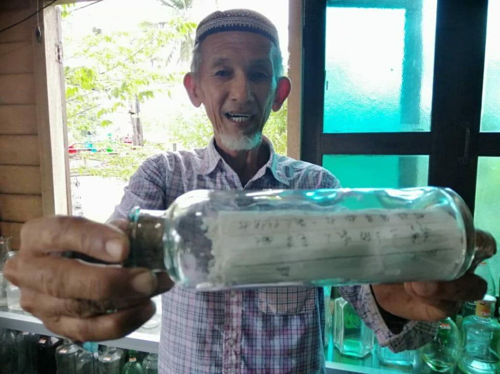 Мужчина в рыбацкой деревушке собрал 7000 бутылок со всего мира, которые выбросило море, и сделал музей