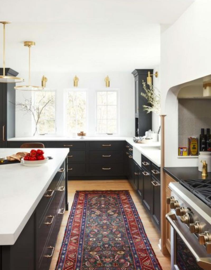 Семья встроила холодильную камеру и морозильник в разных концах кухни: такое размещение кажется им более правильным