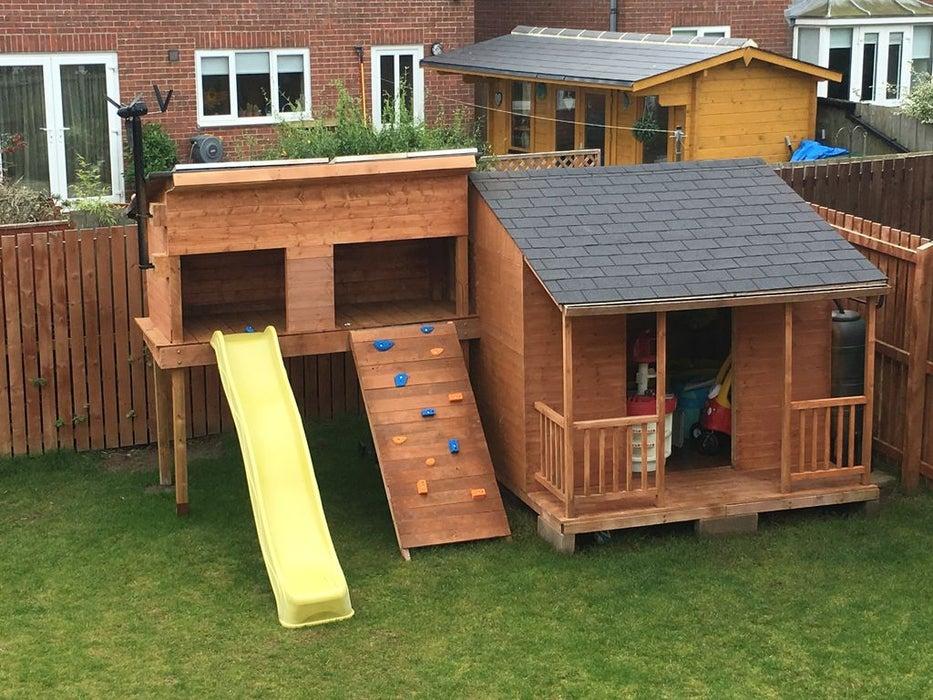 Папа построил для сыновей игровой домик с солнечной установкой: дети в восторге от такого подарка