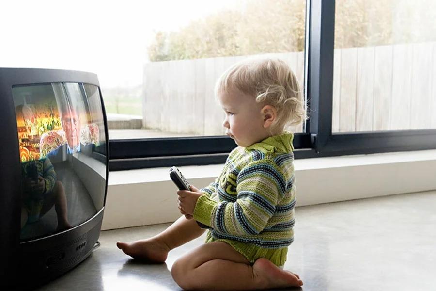 Если телевизор не попадается на глаза, сынок про него и не вспоминает: хитрая мама придумала, как сократить  экранное время  своего ребенка