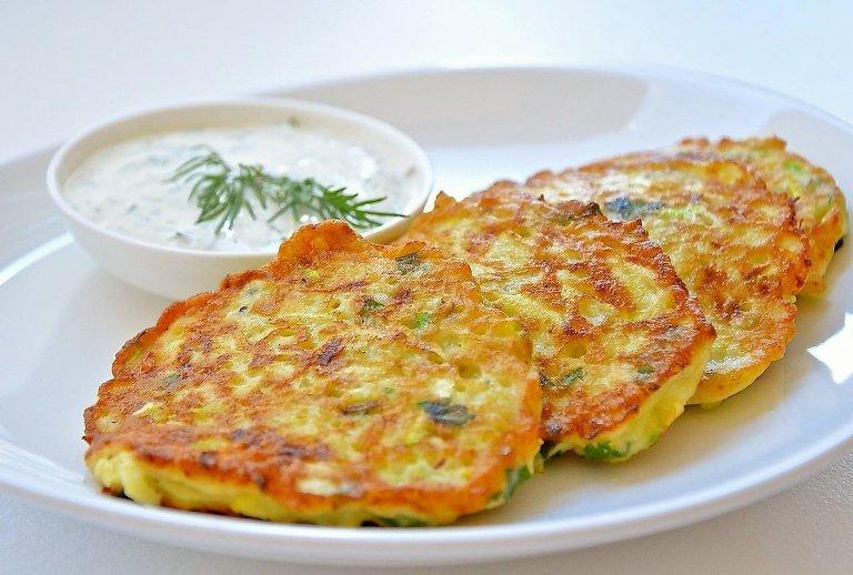 Вкусные и полезные овощные оладьи с сыром, кабачком и сладким перцем. Быстрый и простой рецепт