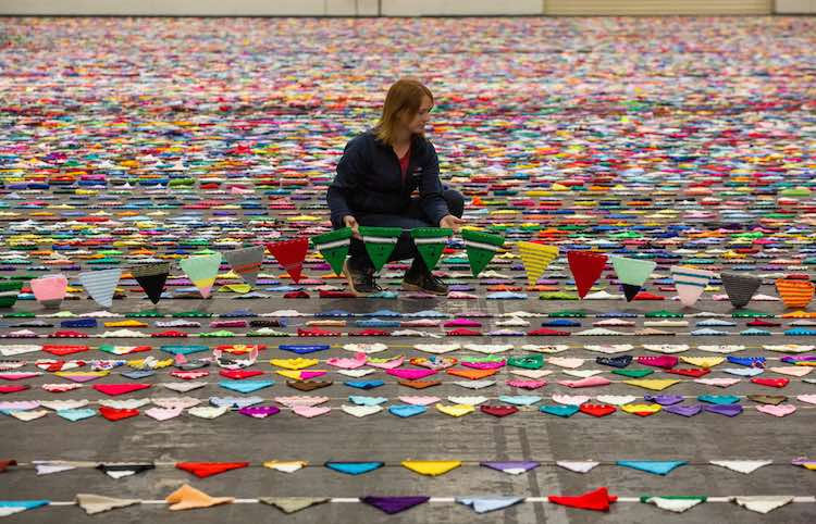 Работники британской выставки ремесел и садоводства собрали самую длинную гирлянду: 79 001 флаг и длина 14,27 км