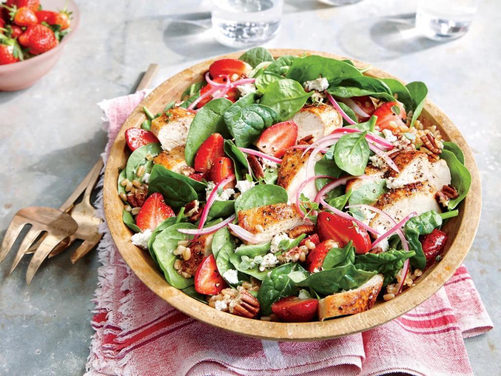Необычные рецепты с клубникой: готовим полезный салат с курицей и сыром фета