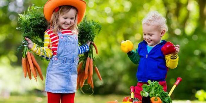 Когда мама улыбается и смеется, когда сажает или копает, дети понимают, что садоводство   это весело