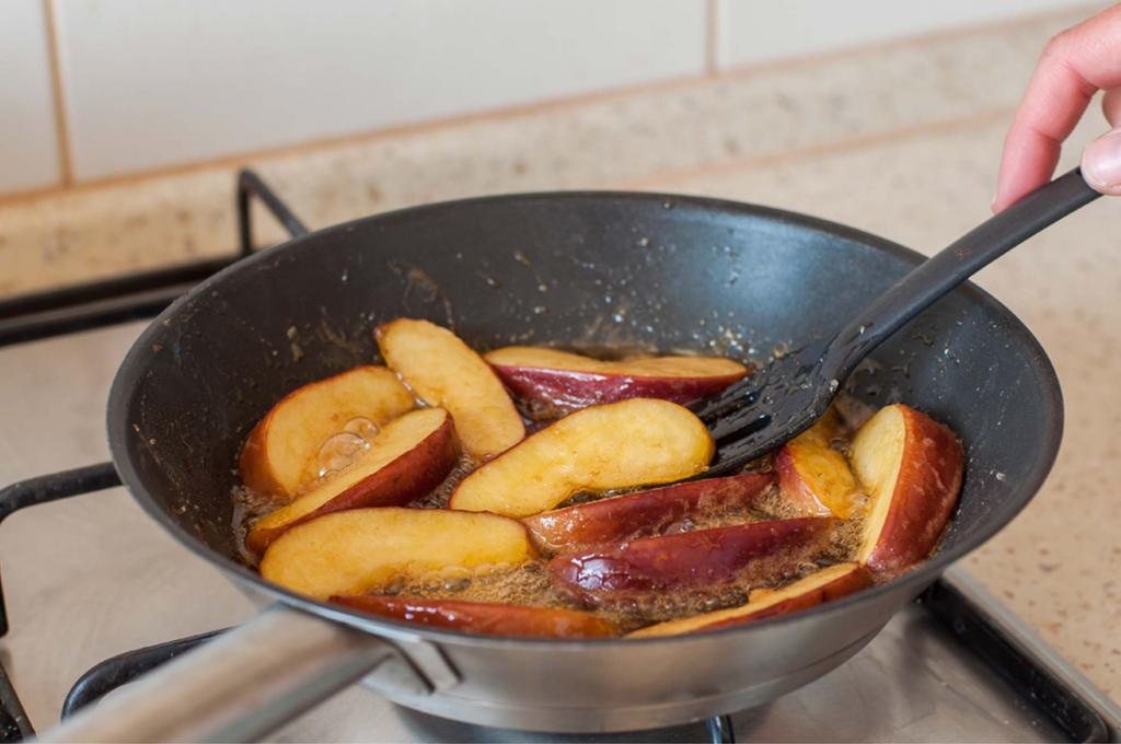 Соседка всегда кладет кусочки яблок в масло перед жаркой рыбы. Выглядит смешно, но этот трюк всегда работает