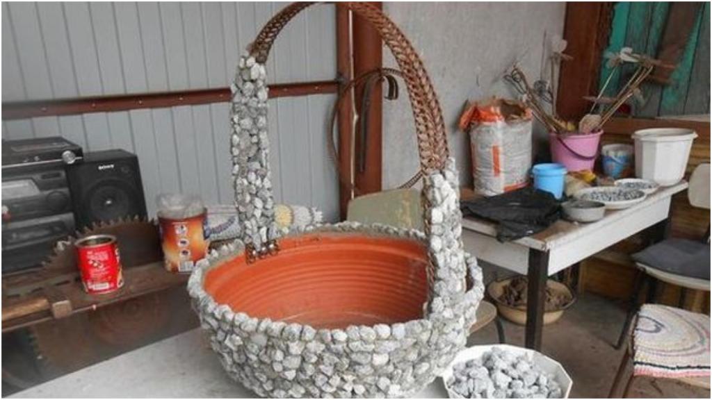 Соседка вечно что то выдумывает для своего сада. На днях она смастерила корзиночки из камушков и пластиковых горшков