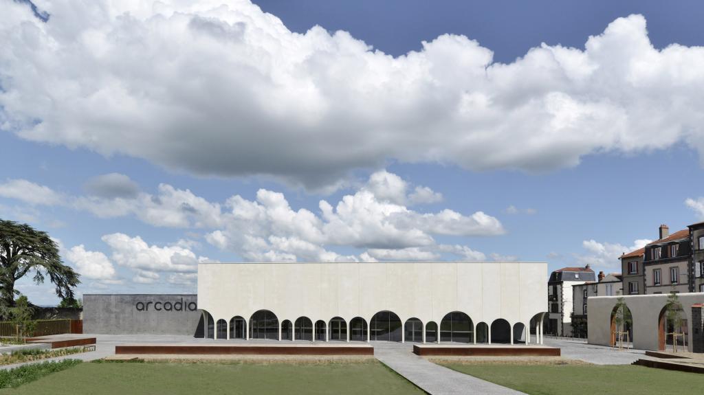 Архитекторы переделали старый монастырь под колоннадный кинотеатр. Как он выглядит внутри. Фото