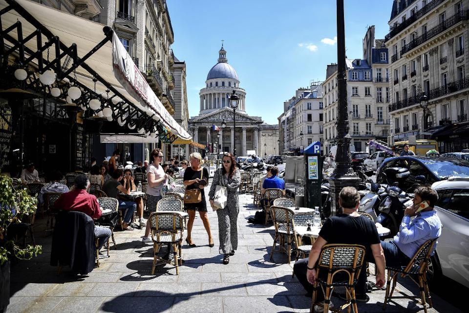 Аншлаг в парижских кафе, владельцам которых разрешили занять часть пешеходной зоны и даже парковочных мест
