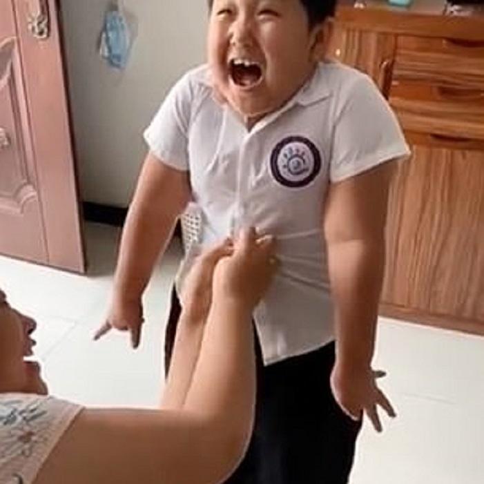 Мальчик поправился на карантине и теперь пытается влезть в школьную форму: видео