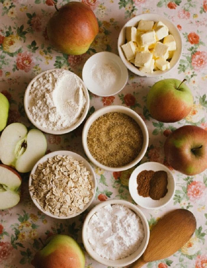 Несложный рецепт классического яблочного пирога крамбл с арахисовой пастой и карамельным сиропом