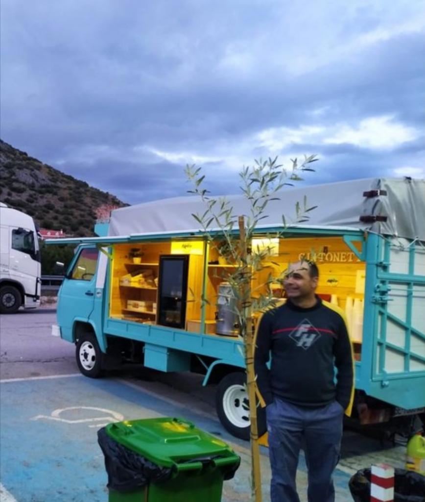 Братья во время пандемии переоборудовали свой фургон в кафе для дальнобойщиков: еду и напитки они раздавали бесплатно