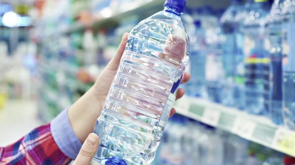Может ли питьевая вода быть просроченной?  Смотря в какой таре она продается    говорят эксперты