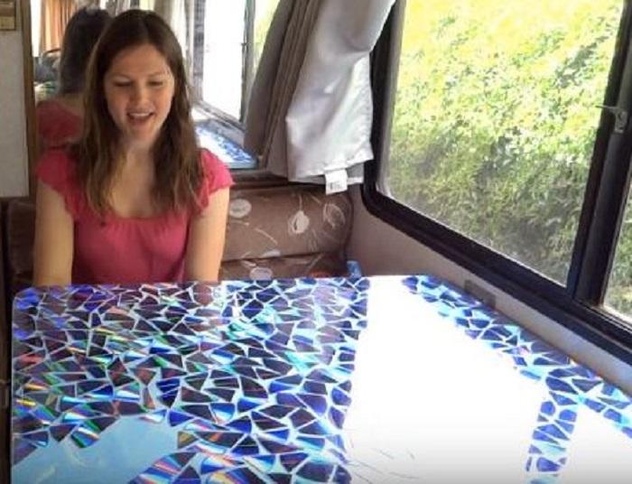 Взяла 50 дисков, эпоксидку и обновила столик: мозаичная столешница выглядит шикарно (фото)