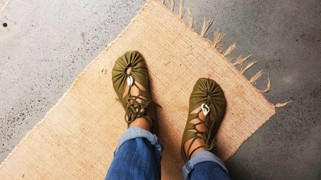 Любим с друзьями делать необычную обувь: недавно сшила легкие кожаные сандалии (инструкция)