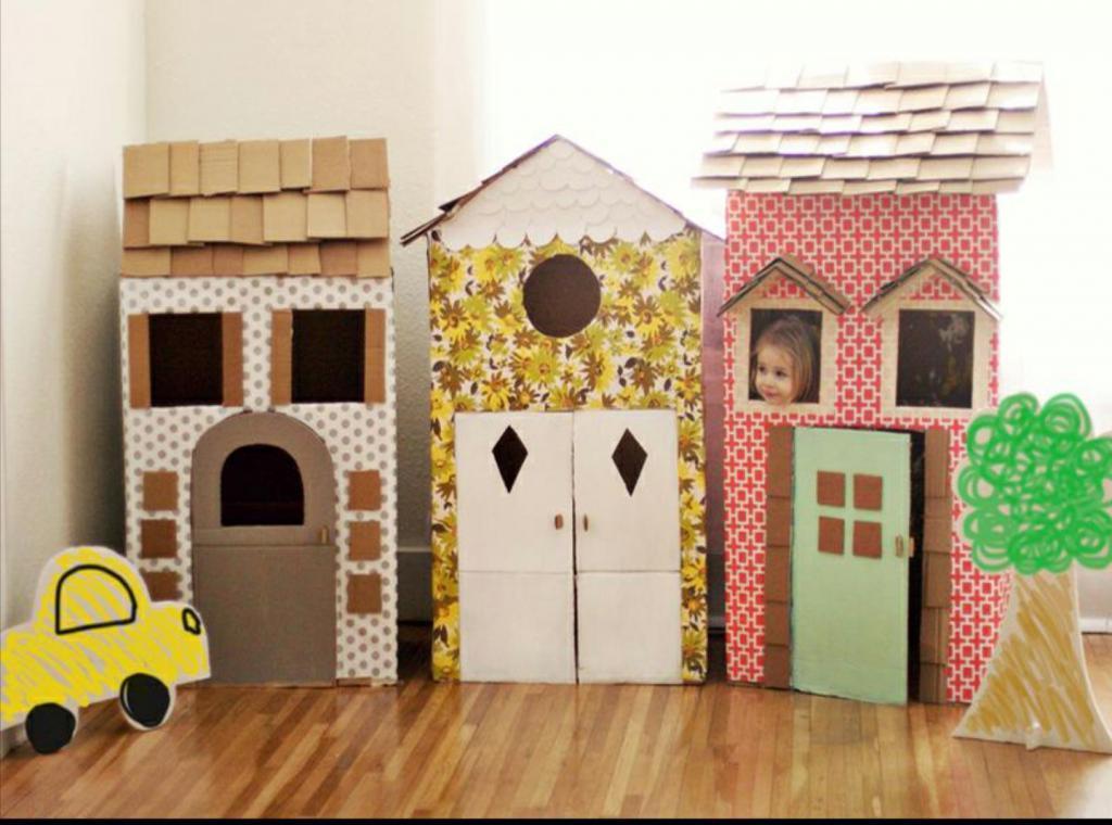 Из больших картонных коробок я сделала для детей настоящий мини-городок. Это очень просто, а радости детей нет предела