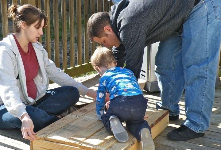 С мужем и сыном сделали из поддона стильный кофейный столик: фото результата
