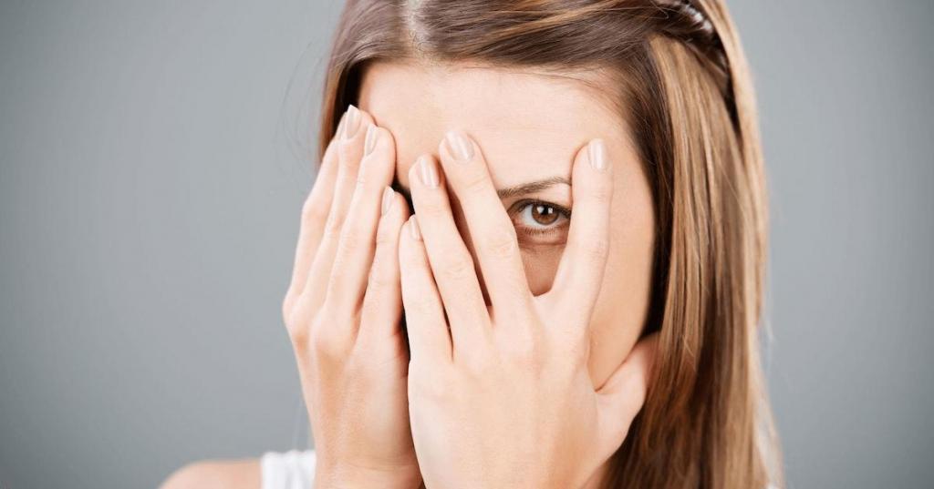 Некоторые раздражающие женские причуды на самом деле привлекают мужчин: застенчивость и еще 3 примера