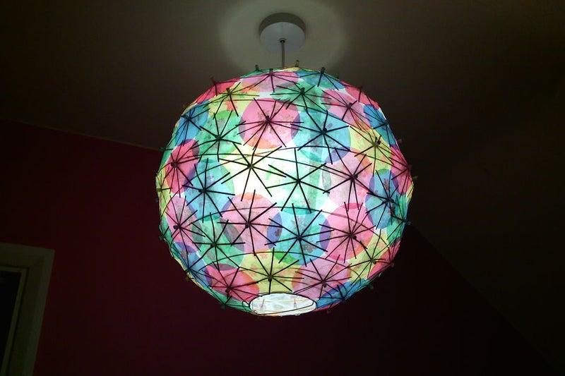 Коктейльные зонтики можно использовать не только по назначению: смастерила из них стильный абажур для светильника