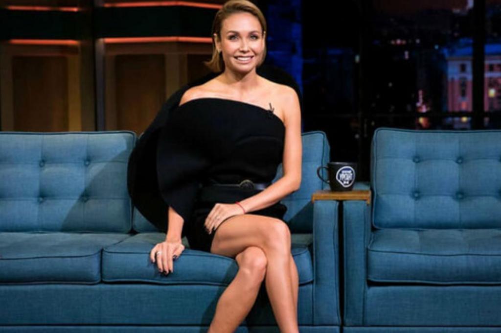Утяшева пришла на съемки шоу Урганта в асимметричном черном мини и показала ноги