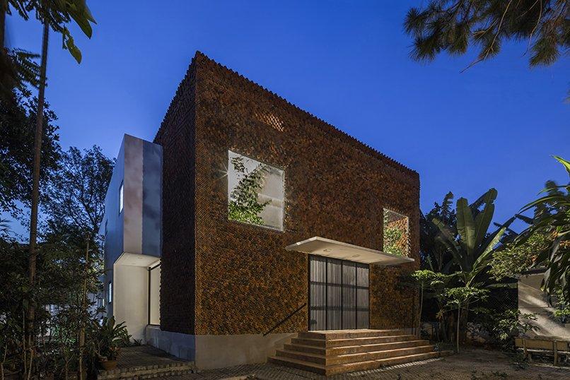 Чтобы улучшить качество воздуха, дизайнеры дома во Вьетнаме сделали стены из пустотелого кирпича и несколько зеленых зон
