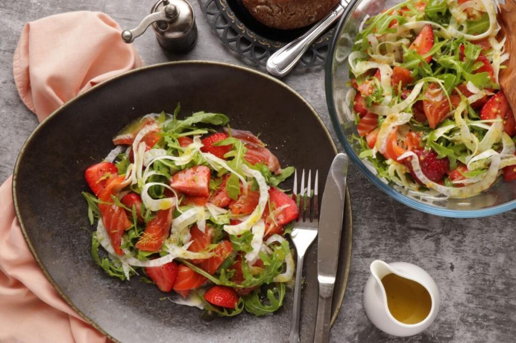Как в ресторане, но вкуснее. Готовлю летом сочный салат с рыбой, клубникой и фенхелем