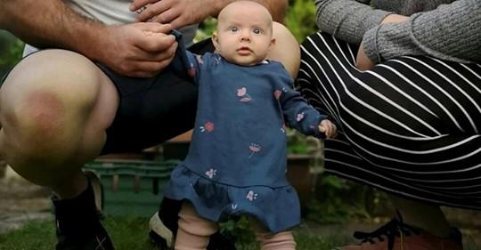 «Самый сильный ребенок в мире»: малышка научилась держать голову еще в роддоме, а стоять — в 8 недель