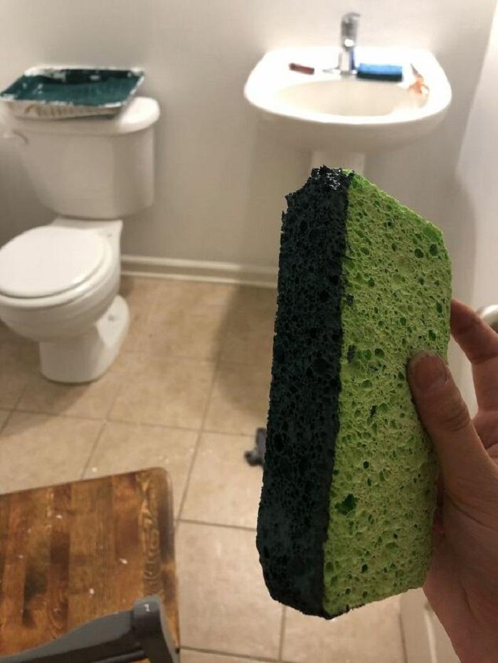 Взяла краску, губку и оставила отпечатки на стене: ванная сразу преобразилась