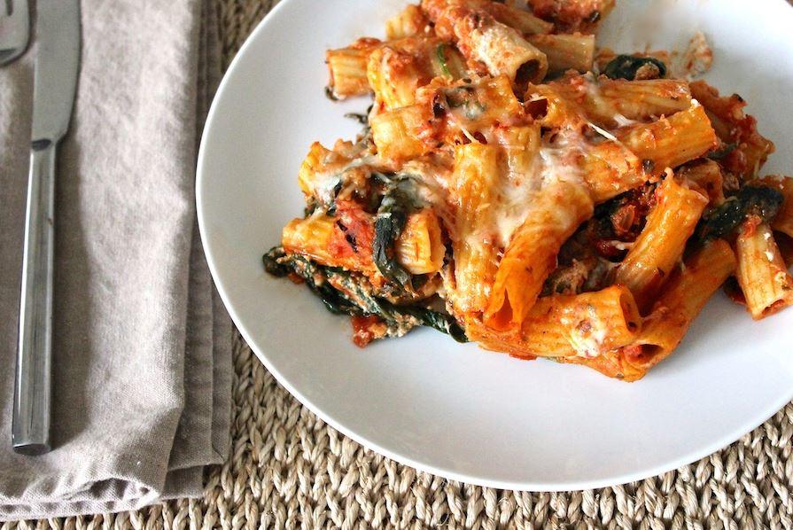 Приготовила на ужин ригатони, запеченные со шпинатом, оливками и тремя видами сыра: семья была в восторге от блюда