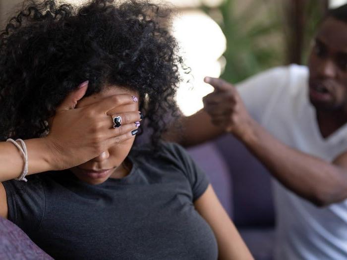 Тот, кто все время критикует партнера, может разрушить отношения: 7 признаков плохого партнера
